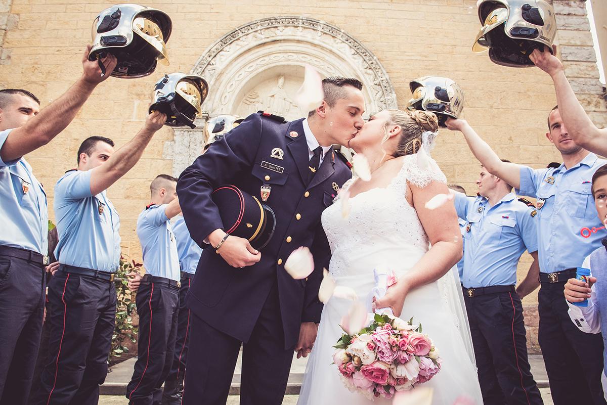 sortie des mariés sous haie d'honneur des pompiers de Paris