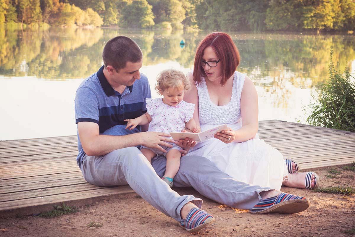 lecture en famille au bord du lac