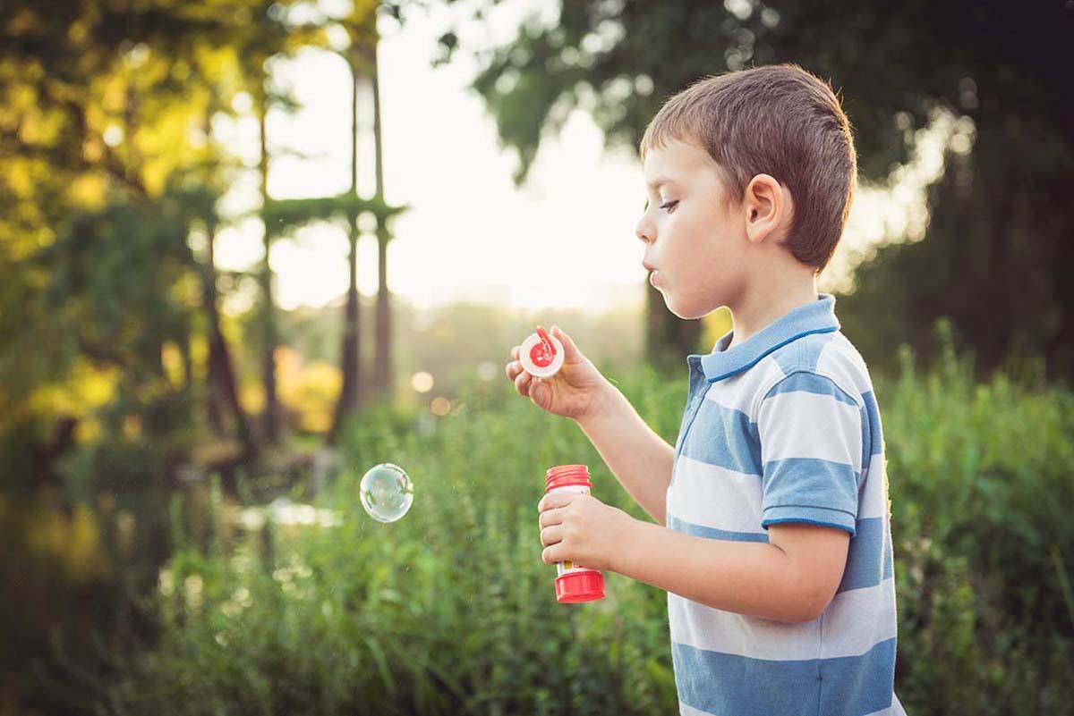 portrait garçon bulles nature