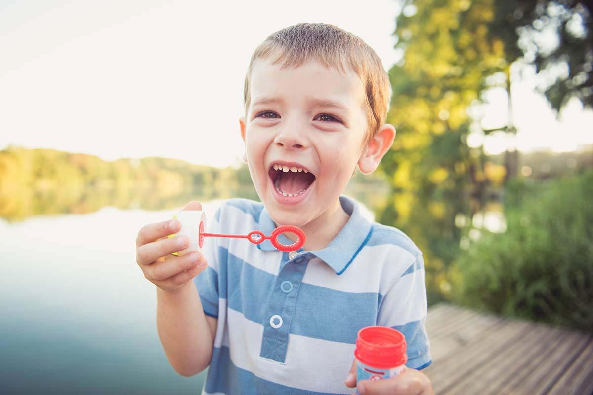 portrait garçon et bulles rires