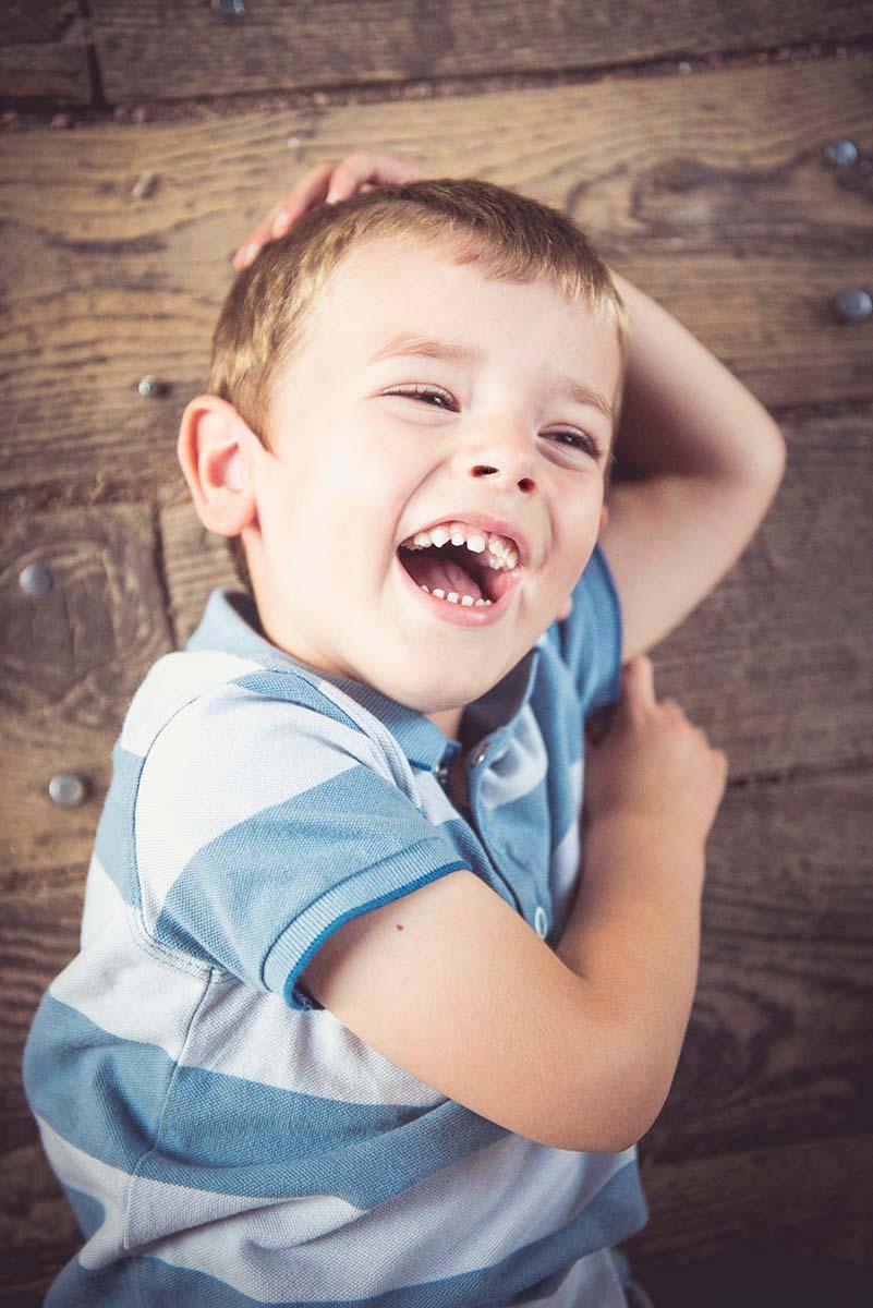 portrait garçon rires